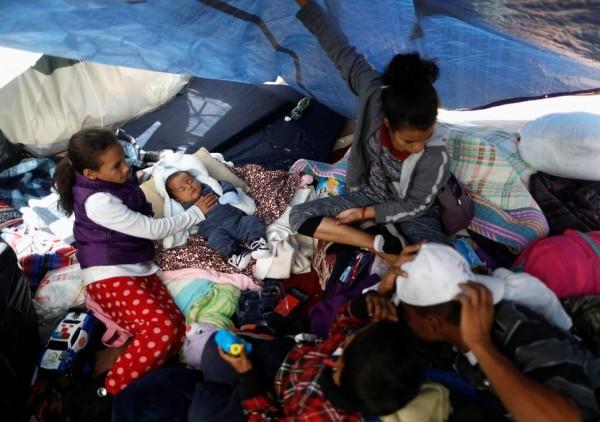 Niños que viajaron con una caravana de migrantes de América Central a Estados Unidos permanecen en un campamento del lado mexicano de la frontera. Foto: Reuters / Edgar Garrido.