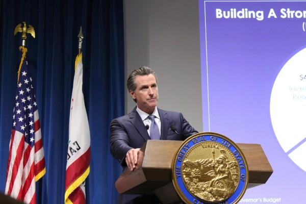 El presupuesto estatal propuesto por el gobernador de California Gavin Newsom abarca un mandato estatal de seguro de salud, subsidios de seguro reforzados, cobertura para inmigrantes indocumentados y seis meses de licencia parental remunerada. (Ana B. Ibarra / California Healthline)