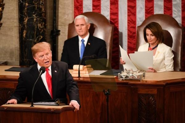 La líder de la mayoría demócrata en la Cámara de Representantes, Nancy Pelosi lee mientras el presidente da su discurso sobre el estado de la Unión. Foto: PhillyVoice.