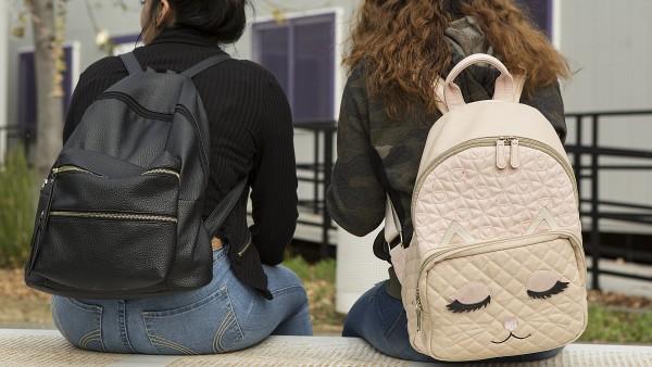 Dos estudiantes se sientan en un banco durante el almuerzo en Rudsdale Newcomer High School en Oakland, 28 de enero de 2019.