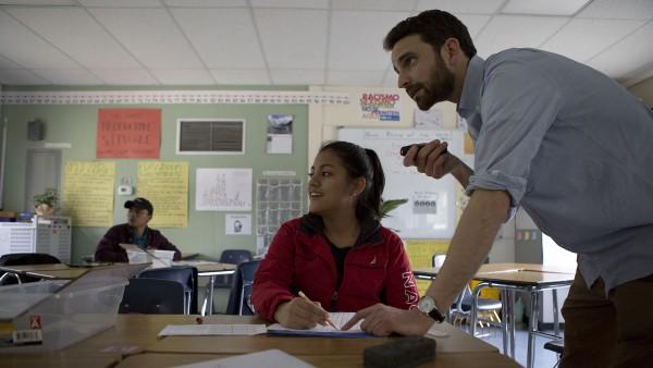 El maestro Nick Johnson instruye con un puntero láser en la clase de Álgebra en la Rudsdale Newcomer High School en Oakland.