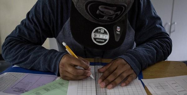 Un estudiante practica gráficas en la clase de álgebra en la Rudsdale Newcomer High School, en Oakland, CA, el 28 de enero de 2019. Foto: Anne Wernikoff.
