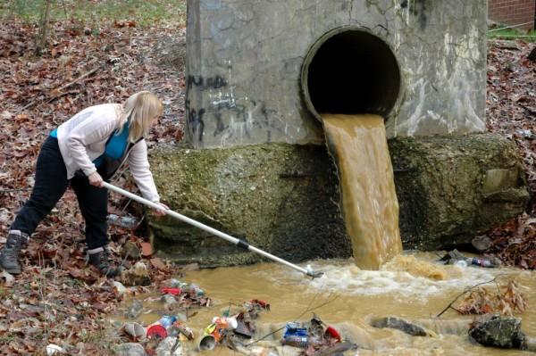 El agua de la llave en muchas partes de Estados Unidos puede ser peligrosa para la salud, por los contaminantes que se filtran a los mantos acuíferos. Foto: https://soapboxie.com.