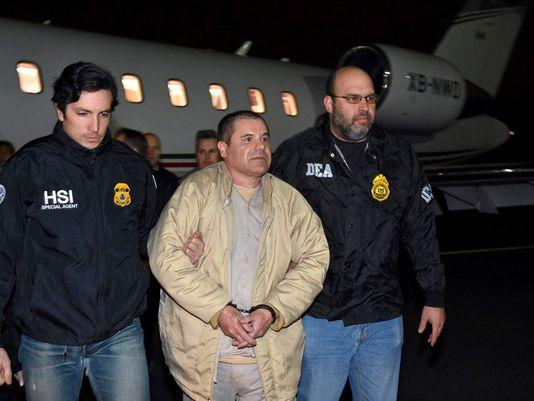 """Joaquín Loera """"Chapo"""" Guzmán es trasladado a una prisión en Nueva York, para su juicio en una corte federal en Manhattan. Foto: USA Today."""