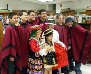 El grupo de música andina, Inkarayku, de Andrés Giménez, hijo de Elva, dando un concierto en la biblioteca de Sunset Park, en Brooklyn, NY, con su mamá en la foto. MVG.