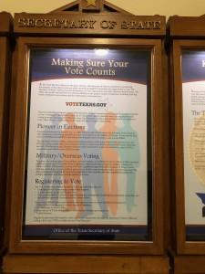 Avisos sobre los derechos de votar afuera de la Secretaría de Estado en el Capitolio Texano.