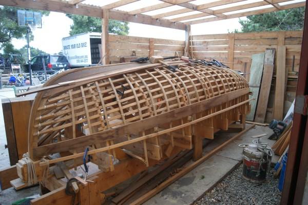 Esta canoa se construye para participar en la expedición conmemorativa de la Toma de Alcatraz, en La Bahía.