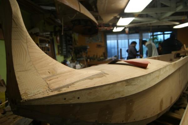 Construcción de canoas en Berkeley, que participarán en el aniversario de la toma de Alcatraz.