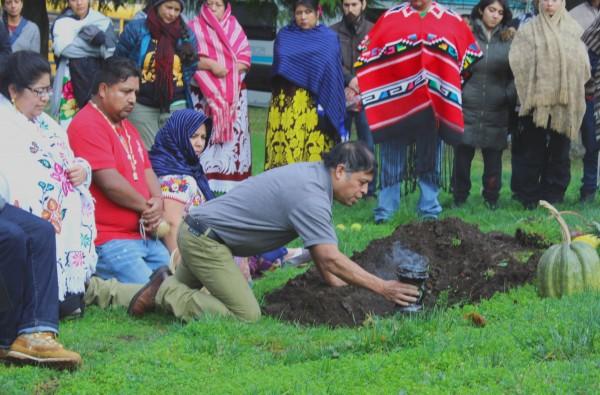 Tata Emiliano procede con la tradición. Rodeado de otros de su comunidad.
