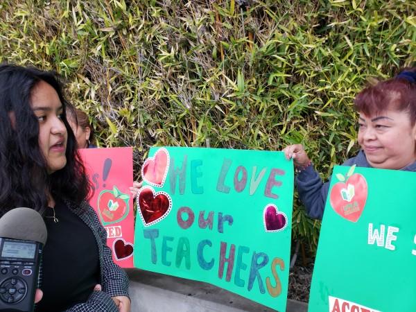 Estudiante Josie Zamora y su mamá María, apoyaron a los maestros en este conflicto laboral.