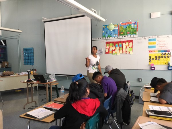 La profesora Acacia WoodsChan enseña a alumnos recién llegados que hablan varios idiomas, entre ellos el español, el árabe y el mam.