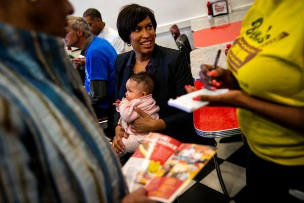 La alcalde de Washington, DC, Muriel Bowser y su hija Miranda luego de la adopción de la pequeña. Foto: Google News.