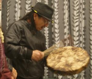 Ray Fish Water canta una canción con su tambor, por el agua.