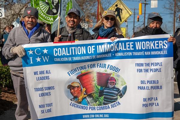 Trabajadores de la CIW, con uno de los organizadores, Lucas Benítez y Kerry Kennedy, Directora Ejecutiva del Centro de Derechos Humanos, Robert F. Kennedy, al frente de una marcha para impulsar la campaña del Programa de Comida Justa. Foto: de la página web de la coalición de Trabajadores de Immokalee.