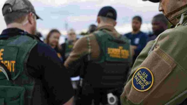 Una escena común en una detención de inmigrantes en la frontera sur de EE UU. Foto: AZCentral.com.