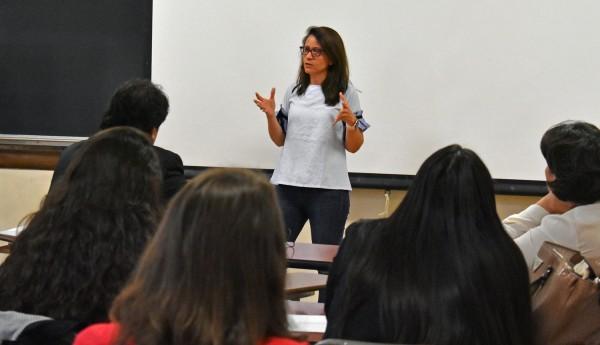 Dra. Cecilia Ríos-Aguilar, dando una cátedra en la Universidad de California en Los Ángeles, donde enseña.  Foto: UCLA GSE&IS Ampersand.