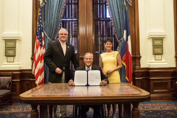 Gobernador de Texas Greg Abbot junto al representante estatal Dan Huberty. Foto: De la página web del gobernador.
