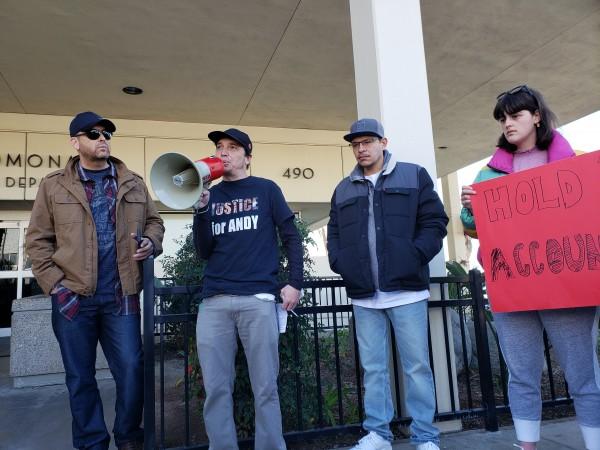 Iván Alexander Herrera, de lentes y manos en la chaqueta, participa en una protesta contra policía de Pomona,  California. Megáfono en mano, Benjamín Wood y el papá de otra víctima de abuso policiaco. Foto: Rubén Tapia.
