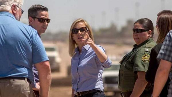 La Secretaria de DHS, Kristjen Nielsen en una visita a la frontera. Foto: Biography - Inhindi.