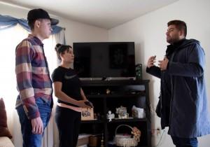 Héctor, Adela y Yanni González, Directora de Comunicaciones de Central California Asthma Collaborative, hablando sobre el asma de Héctor y cómo mejorar el ambiente en el hogar. Foto: Lucía Orozco.