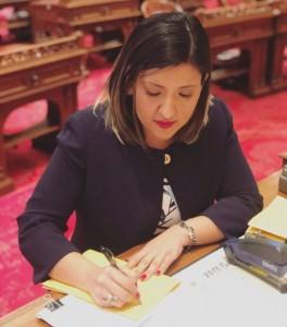 Senadora estatal, Melissa Hurtado, luego de firmar la ley SB 207, su primera legislación. Foto: de la página de Facebook, de la senadora Hurtado.