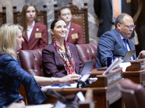 Senadora Rebeca Saldaña en Senado del estado de Washington. Foto: Cortesía de la página web de la senadora Saldaña.
