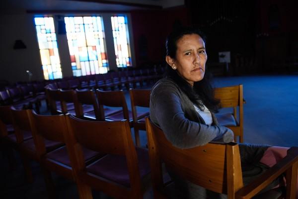 Jeanette Vizguerra, dentro de la Primera Iglesia Unitaria en Denver, donde se refugió de la policía de Inmigración durante casi tres meses. Foto: In This Times.