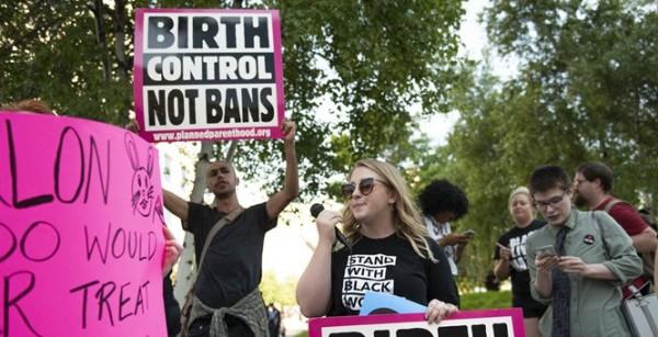 Una demostración en apoyo a Planned Parenthood en el sur de California. Foto: https://townhall.
