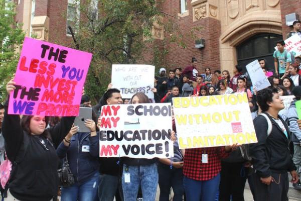 Los estudiantes de Roosevelt High School en Chicago salieron de la escuela a protestar por los recortes a la educación. Foto: www.dnainfo.com.