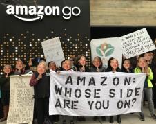 Protestando en Seattle contra el uso de tecnología de reconocimiento facial que Amazon provee a ICE. Foto: MiJente.