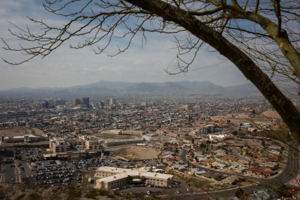 Los oficiales de inmigración están liberando hasta 700 personas por día en El Paso, Texas. Ciudad Juárez, México, se puede ver en la distancia (Anna Maria Barry-Jester / California Healthline) Send feedback History Saved Community.