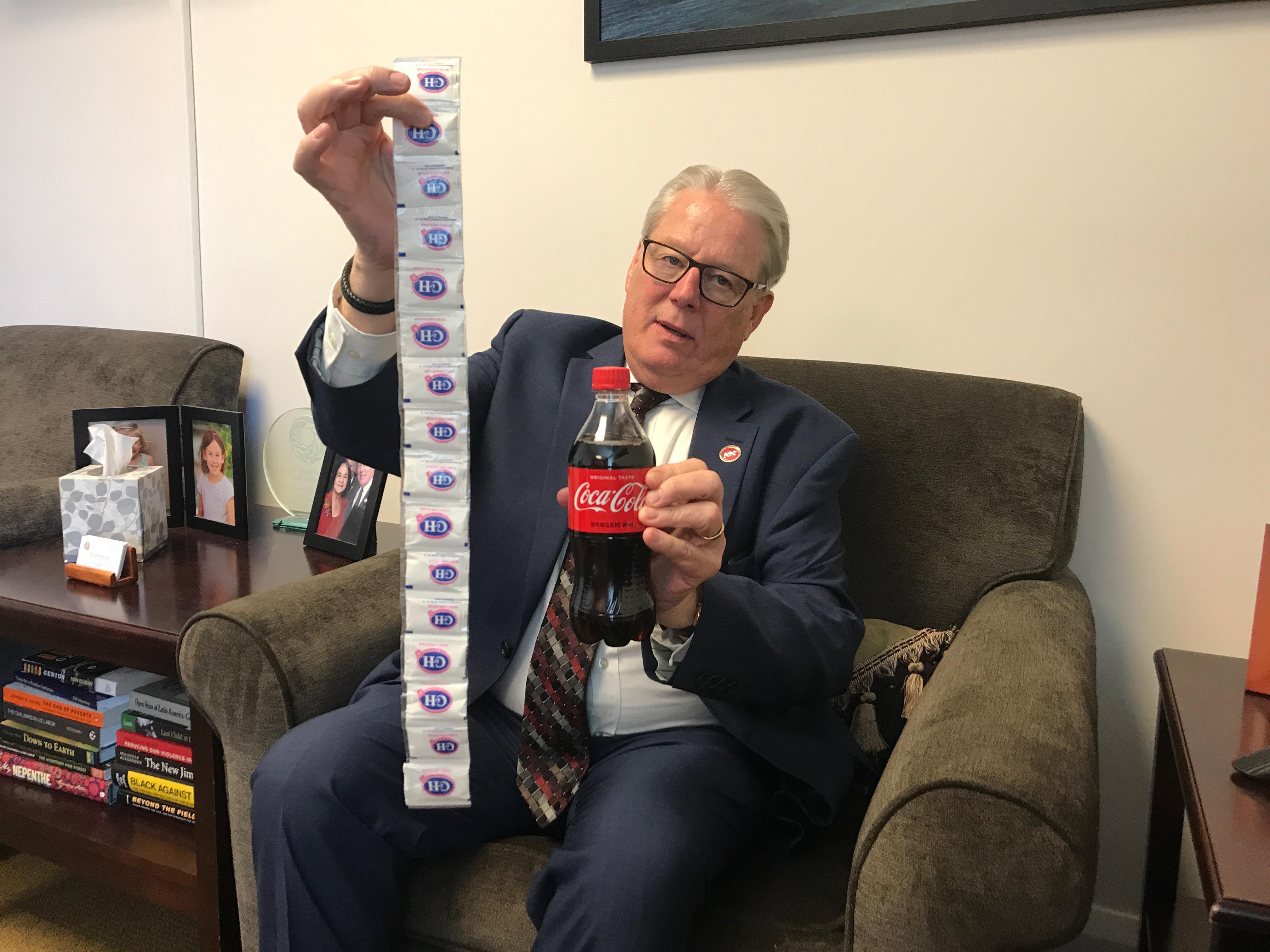 Senador demócrata de Carmel, California, Bill Monning muestra la cantidad de azúcar en una botella de 20 onzas de Coca-Cola. Monning está impulsando una legislación que pondría etiquetas de advertencia de salud en las bebidas azucaradas. Describe a la industria de los refrescos como una gran influencia en la política de California. Foto: Samantha Young / Kaiser Health News
