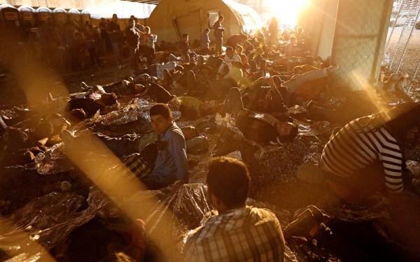 Familias migrantes bajo la custodia de Estados Unidos duermen en el suelo bajo un puente peatonal en El Paso, Texas. Foto: Personal Liberty.