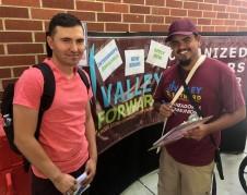 Reyes Ubiedo (derecho) reclutando estudiantes de Valley Forward. Foto: Valley Forward Facebook page.