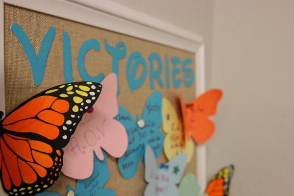 Dibujos pegados en un tablero en la oficina del Young Center, en Phoenix, Arizona. Varias victorias que el personal y los 50 voluntarios del centro han logrado en su trabajo diario.