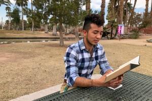 Darlin Peña lee un pasaje de la libreta donde ha empezado a escribir lo que recuerda de su pasaje rumbo a Estados Unidos.