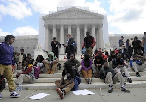 Protestan frente a la Suprema Corte de Justicia en Washington, DC por las políticas de admisiones universitarias pidiendo la intervención del máximo tribunal. Foto: Free Beacon.