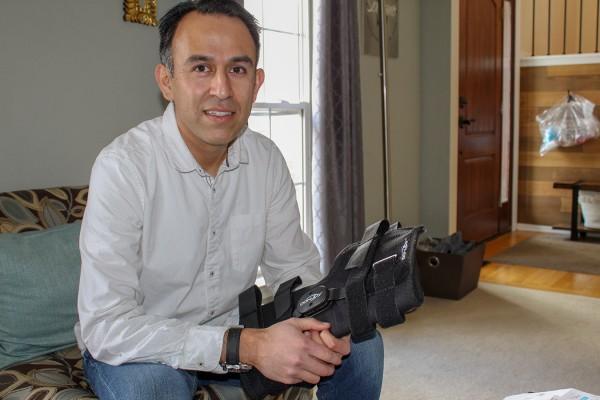 Esteban Serrano tuvo que pagar $ 829.41 por una rodillera que se puede conseguir por menos de $ 250 en el Internet. Foto: Paula Andalo/KHN.