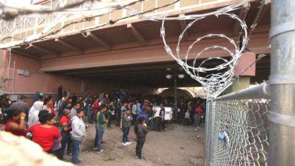 Migrantes detenidos bajo un puente de El Paso, Texas, viven a la intemperie en bajas temperaturas y condiciones antihigiénicas, sobre todo para los niños. Foto: Democracy Now.