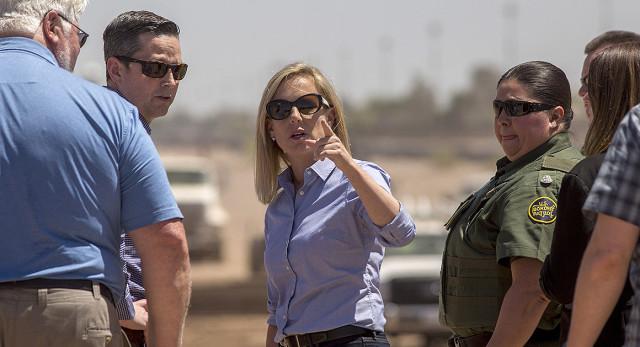 En una visita a la frontera para reforzar las medidas de seguridad de la Patrulla y la corporación de Protección de Fronteras. Foto: www.theconservativetreehouse.com.