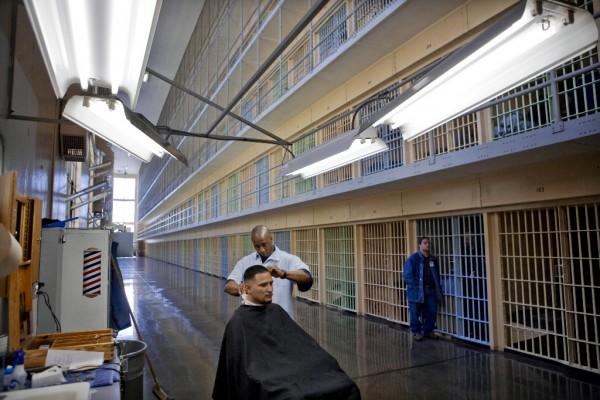 Corte de pelo a inmigrante preso a la espera de someterse a la nueva Ley de 364 días. Foto: nhpr.org.