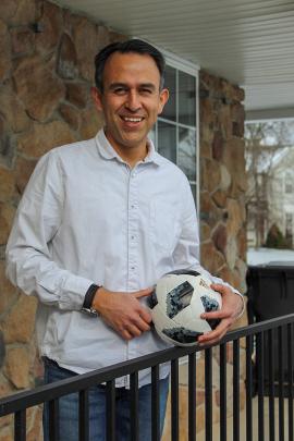 Esteban Serrano jugaba fútbol cuando niño en Quito, Ecuador, y mantuvo la tradición desde que se mudó a los Estados Unidos hace dos décadas. (Paula Andalo/Kaiser Health News)
