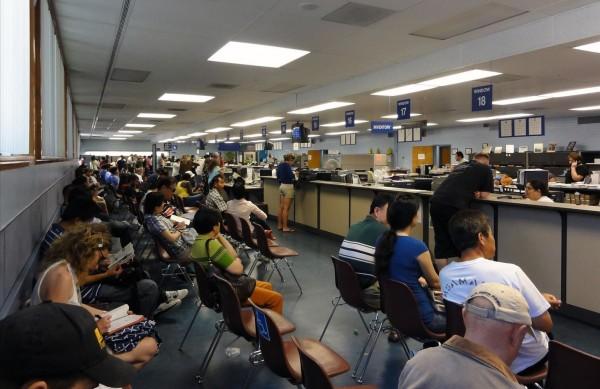 Esperando turno para intentar renovar su licencia de conducir en el Departamento de Vehículos Motorizados (DMV) driver-safety.wonderhowto.com.