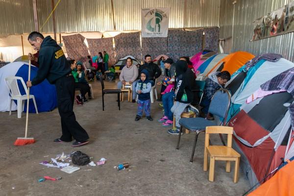 Los migrantes como Salinas enfrentan condiciones de deterioro en los refugios y son más susceptibles a las enfermedades allí. Tienen poco acceso a la atención médica y cuentan con servicios voluntarios de atención médica.