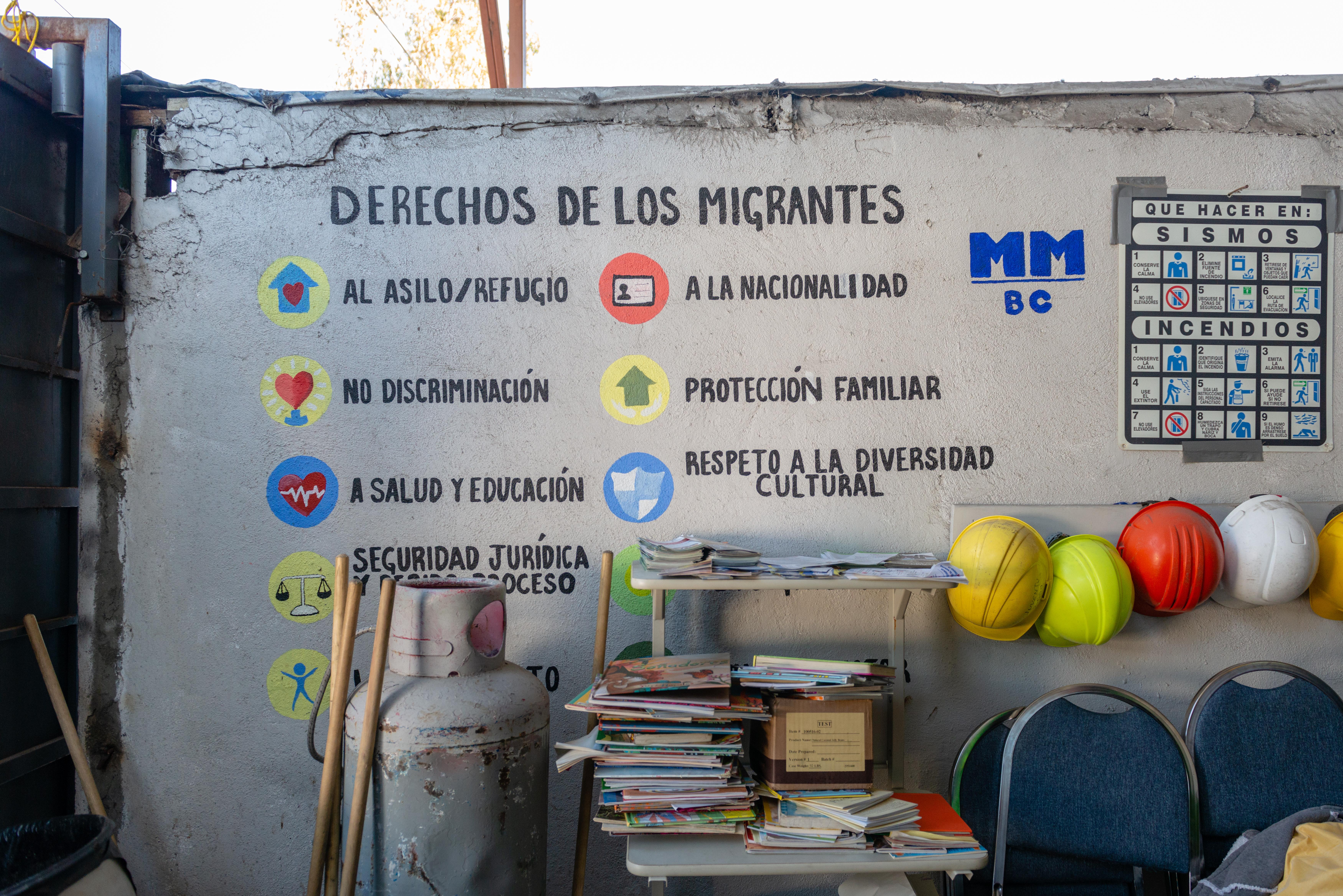 Un mural dentro del refugio 'Movimiento Juventud 2000' explica los derechos de los migrantes.