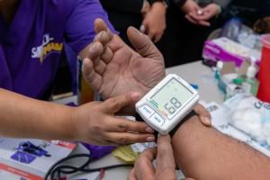 Una de las enfermeras que atienden y revisan el estado de salud de los migrantes en el campamento improvisado para su búsqueda de asilo.