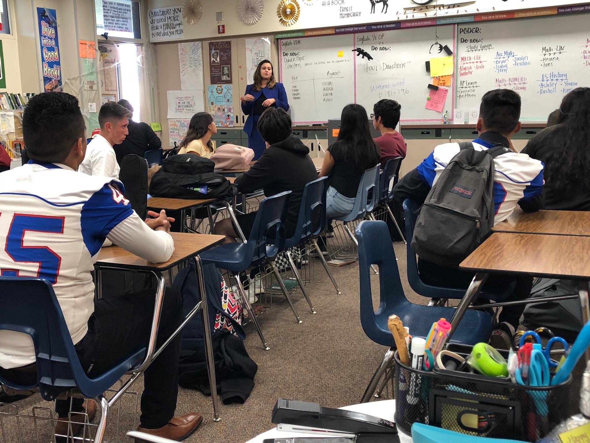 Abogada Michelle Angeles da una charla sobre sus derechos legales a un grupo de estudiantes de preparatoria.