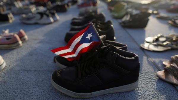 Los zapatos frente al edificio del Capitolio en Puerto Rico representan las 4 mil 645 muertes atribuidas al huracán María. Foto: PRI.