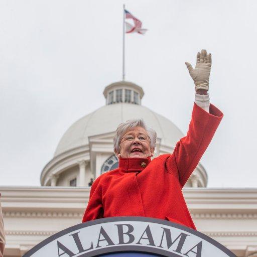 Gobernadora de Alabama, Kay Ivey hace el saludo desde el Capitolio. Foto: Tweeter
