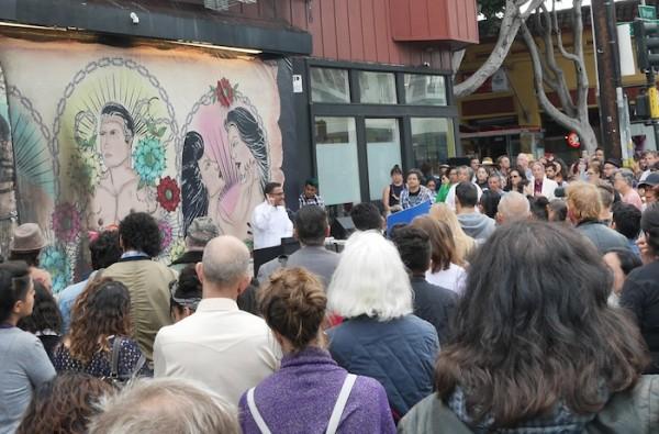 En un mitin a las afueras de la Galería de la Raza donde la directora, Ani Rivera explica los términos del desalojo de ese icónico espacio. Foto: 48hills.org.